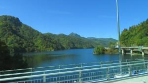 さっぽろ湖と小天狗岳と天狗山(定山溪天狗岳)を望む