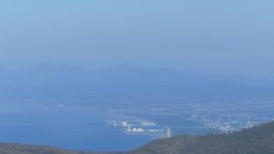 石狩湾新港と樺戸山地の神威尻山、ビンネシリ、隅根尻山を望む