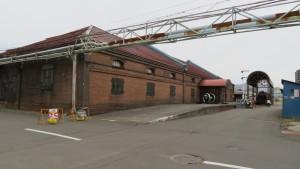 レンガ造りの北海道鉄道技術館と屋外展示の蒸気機関車(SL)