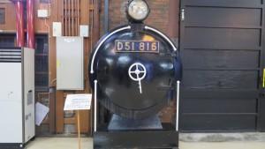 蒸気機関車(D51 816)前頭部の煙室扉と前照灯