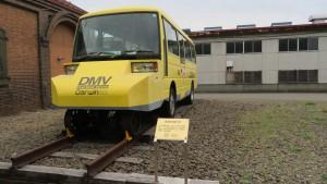 線路と道路の両方を走れるDMV901号(試験車両)