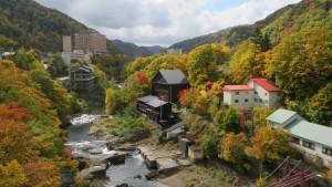 定山渓大橋から温泉街の紅葉を望む