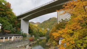 高山橋から定山渓大橋と紅葉を望む