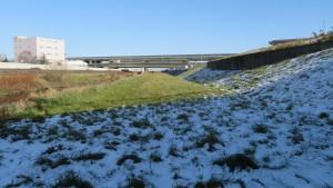 高水敷にうっすら積もった雪