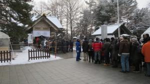 白石神社の社殿と初詣風景