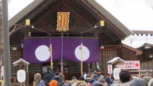社殿と初詣客