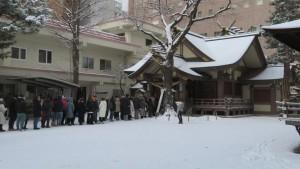 社殿前に並ぶ初詣客