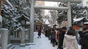 参道に並ぶ初詣客