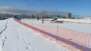 雪堆積場の赤いネット