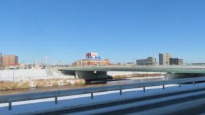 豊平川右岸通から東橋を望む