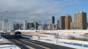 豊平川右岸通から札幌テレビ塔を望む