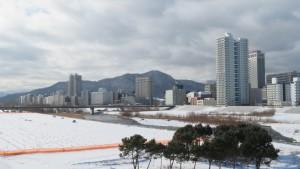 藻岩山と高層マンション「プライムアーバン札幌リバーフロント」