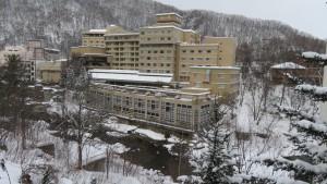 見返り坂から豊平川とホテル「鹿の湯」を望む