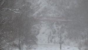 雪に霞む二見吊橋を望む