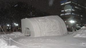 10丁目 中雪像「巨大カップヌードル&八村塁の雪像トンネルwithミニSL」