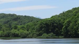 貯水池の向こうに恵庭岳を望む