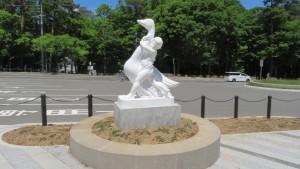 野外彫刻「よいこつよいこ」