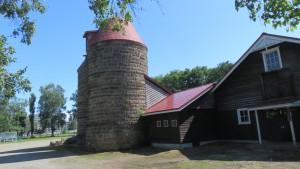 札幌軟石製の旧サイロと旧畜舎(八紘学園資料館)