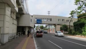鉄工団地通をまたぐ空中歩廊とJR琴似駅