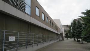 コトニ3・1ビル内を通る空中歩廊と公開空地
