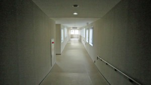 出口へ向かう空中歩廊