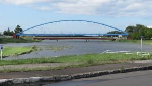 伏籠川に架かる伏籠水管橋と茨戸橋