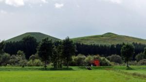 モエレ山(左)とプレイマウンテンを望む