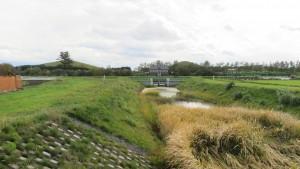 モエレ中野川とモエレ中野川樋門を望む