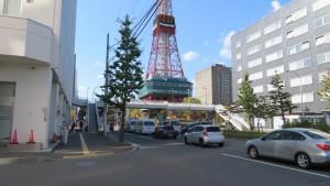南大通横断歩道橋とテレビ塔