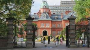 道庁正門と赤れんが庁舎