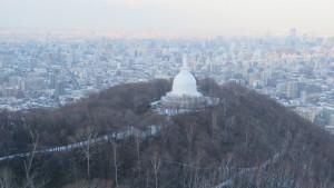 ロープウェイから札幌平和塔を望む