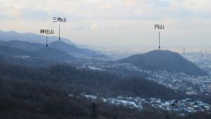 ロープウェイから円山、三角山、神社山を望む