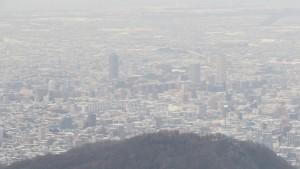 山頂から市街地中心部を望む