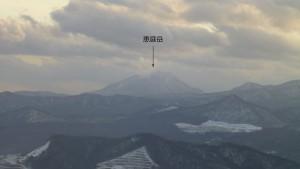 山頂から恵庭岳を望む