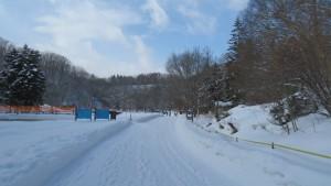 アシリベツの滝に向かう雪の園路と青空