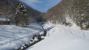 雪の厚別川とアシリベツ橋を望む