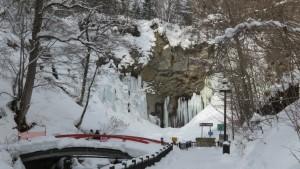 滝見橋と氷瀑したアシリベツの滝