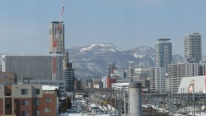 苗穂駅自由通路からJRタワー、手稲山を望む