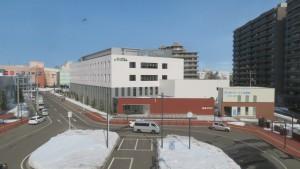 苗穂駅北口駅前広場とアリオ札幌を望む