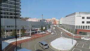 空中歩廊とアリオ札幌を望む