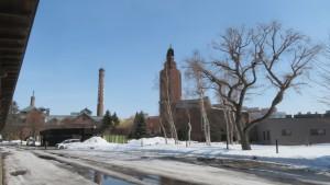 サッポロビール園(ポプラ館、開拓使館)と煙突を望む