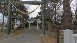 丘珠神社の社号標と鳥居と社殿