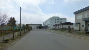 東陵高校校舎を望む