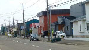 市道沿いの街並み