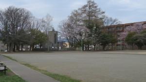 多目的広場と忠魂納骨塔